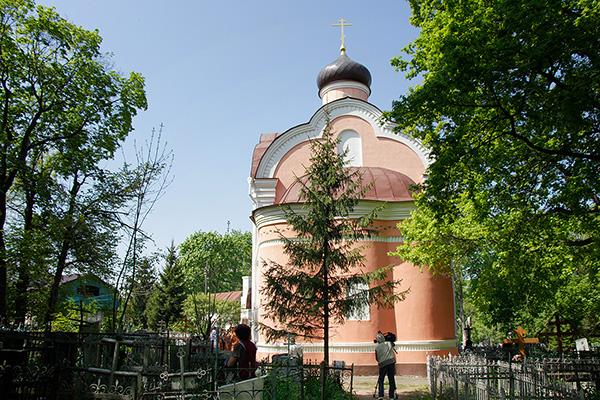 В день Радоницы митрополит Антоний совершил литургию и пасхальное поминовение ус