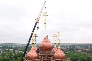 На купол Свято-Троицкого храма Болхова установлен крест