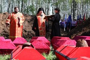 Глава Орловско-Ливенской епархии совершил отпевание воинов, погибших на Болховской земле в годы войны