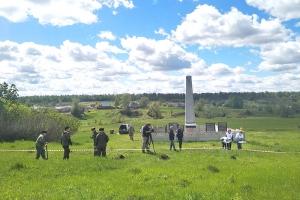 Под Мценском священник вместе с добровольцами высадил «Сад памяти» в честь погибших воинов