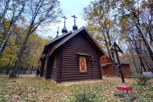 В день памяти преподобного Амвросия Оптинского митрополит Тихон совершил литургию в скиту Новомучеников Российских