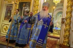 В канун праздника Введения во храм Пресвятой Богородицы Владыка Тихон совершил всенощное бдение в Ахтырском кафедральном соборе