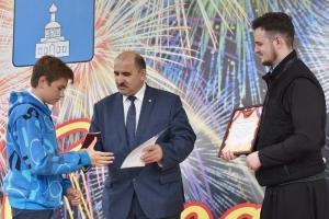 Священник вручил российские паспорта юным жителям Знаменского района
