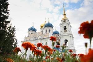 В Спасо-Преображенском соборе Болхова открылась фотовыставка. Она приурочена к юбилею храма