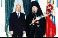 2006 год. Президент России Владимир Путин вручает архиепископу Паисию Орден Дружбы