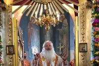 Митрополит Тихон за богослужением в храме святого великомученика Пантелеимона вручил протоиерею Владимиру Бровчуку орден преподобного Сергия Радонежского 2-й степени. 9 августа 2021 г.