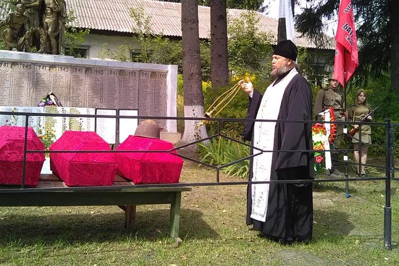 Под Кромами священник проводил героев войны в последний путь