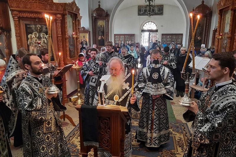 Четвертое в этом году богослужение с чином Пассии Владыка Тихон совершил в Иверском храме