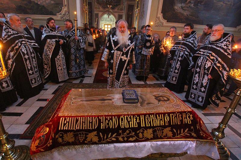 Владыка Тихон совершил богослужения Великой Пятницы