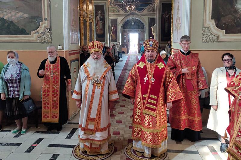 Митрополит Тихон и епископ Алексий совершили Литургию в Ахтырском соборе