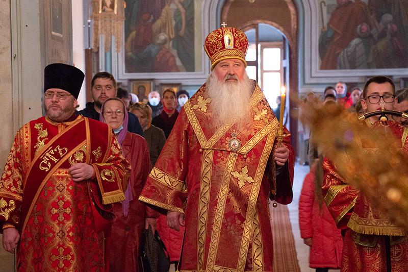 В канун Недели Антипасхи Владыка Тихон совершил богослужение в Михаило-Архангельском храме