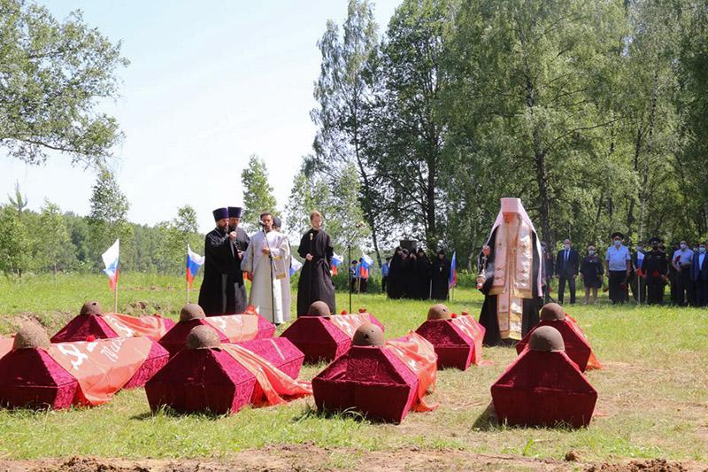 Архипастырь участвовал в церемонии перезахоронения 100 бойцов Красной Армии под Болховом