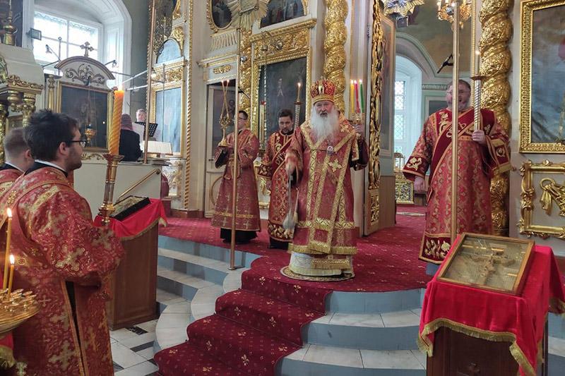 Митрополит Тихон совершил всенощное бдение в канун отдания праздника Пасхи