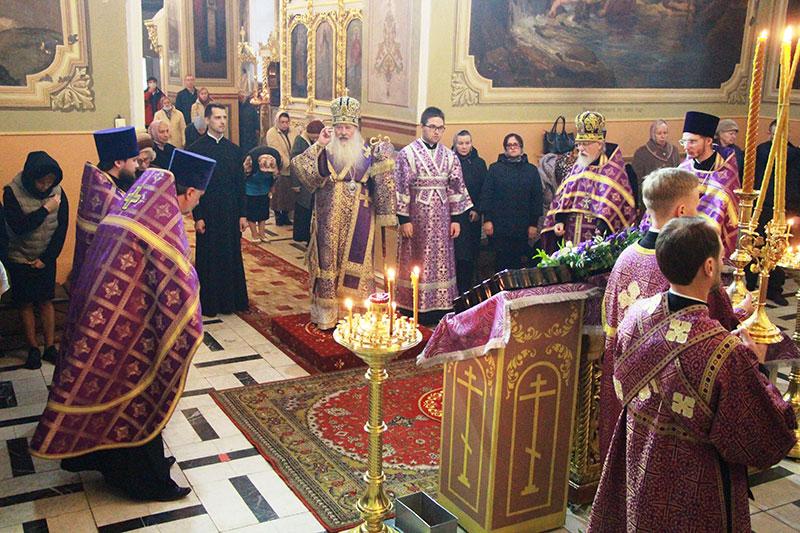 Архипастырь совершил богослужение в Ахтырском соборе в канун Недели 15-й по Пятидесятнице